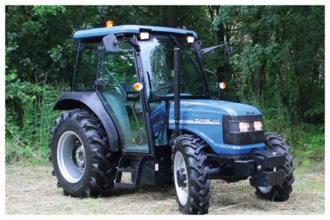 Solis 60 Traktor vor Wald